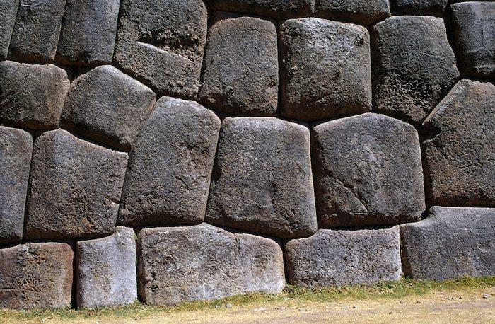 Плотная кладка из каменных блоков разной формы